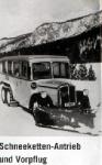 autobus se sněhovými řetězy a pluhem