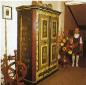 Starobylá komoda na chodbě hotelu